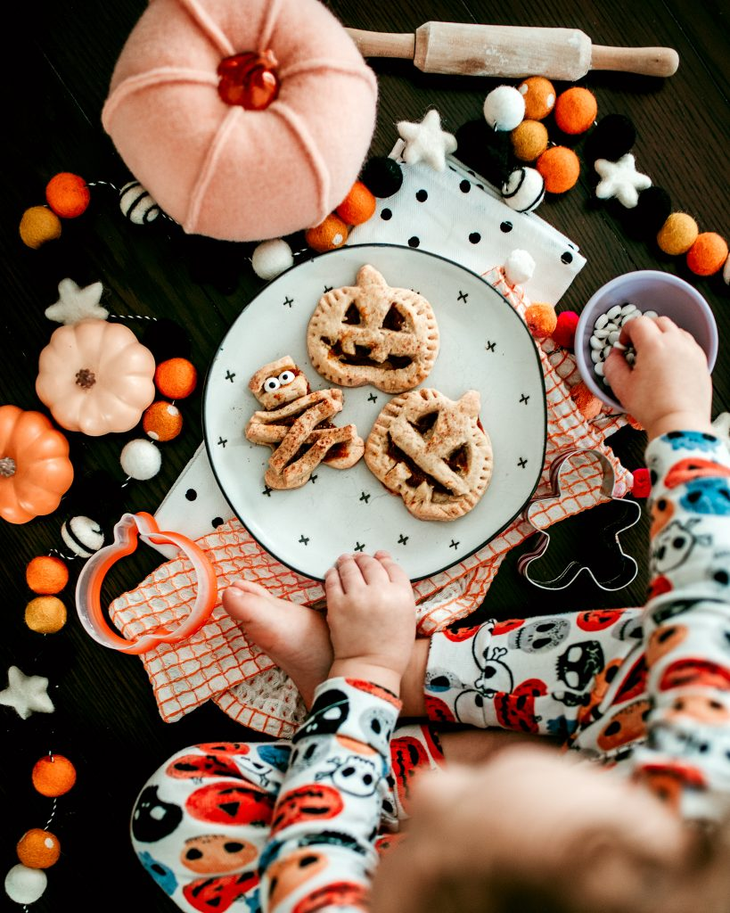 Simple and cute Halloween treat that kids can help make!