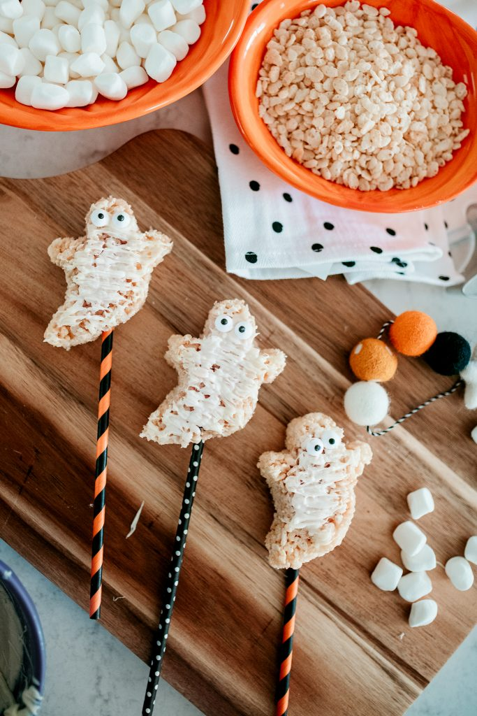Make a festive homemade Halloween treat for your kids! Recipe for Rice Krispie Ghost Pops
