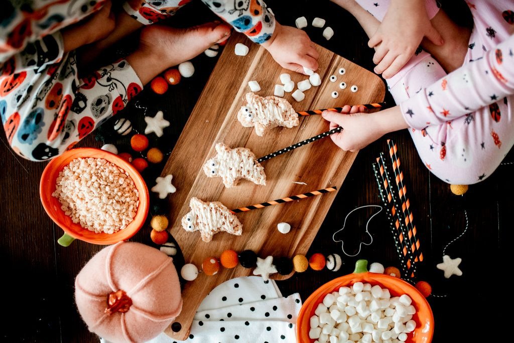 Make these spooky Ghosts pops this Halloween! Easy and kid-friendly recipe for the tastiest Rice Krispie treats!