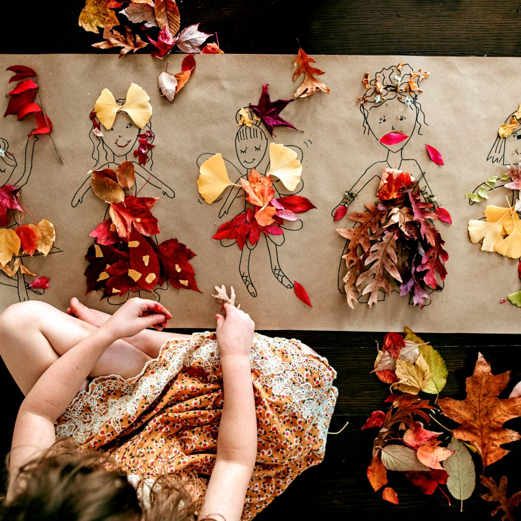 Create stunning paper dolls with this gorgeous fall leaf craft for kids !