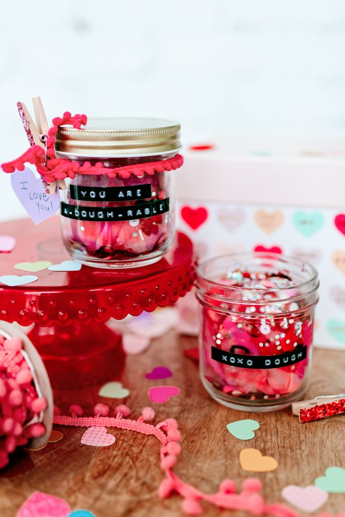 Gift a jar of playdough this Valentine's Day. Homemade recipe and cute Valentine inspiration. Valentines gifts for kids. DIY Valentine