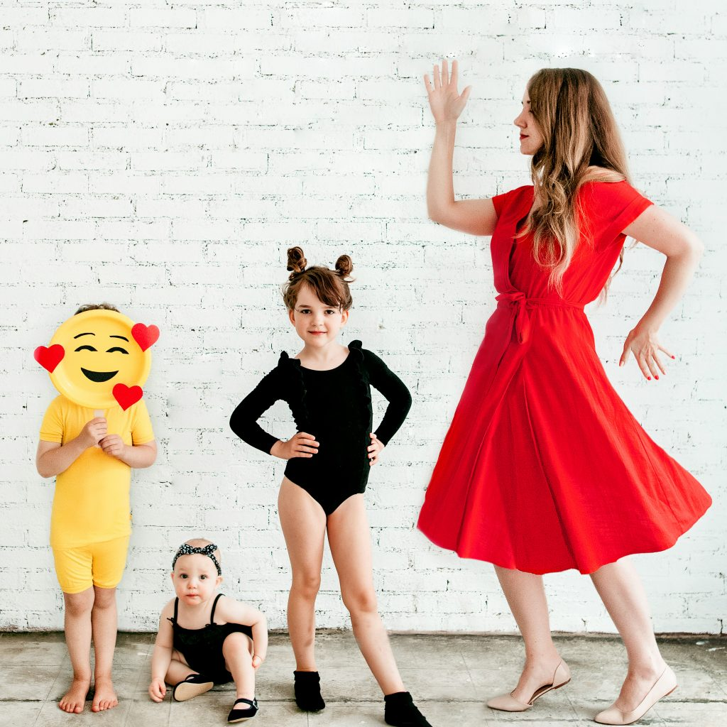 Best Family Costume! Fun and easy DIY Halloween costume for family. Dress up like a family of your favorite emojis